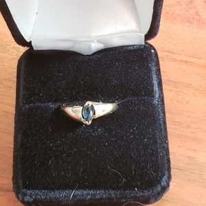Geniue sapphire ring in 10k yellow gold. Size 6